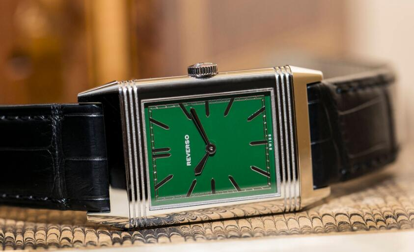 Swiss-made imitation watches online present evident color.