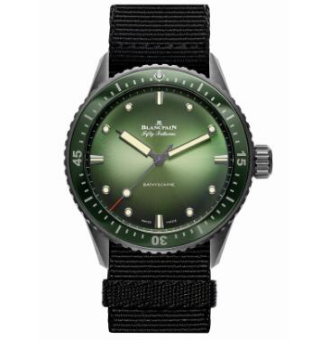 Due to the ceramic bezel and ceramic case, the watch is very light.