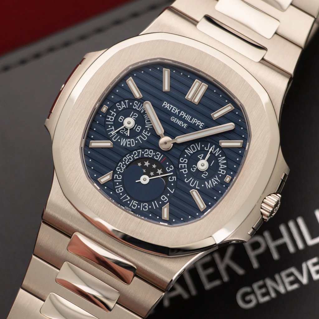 The Patek Philippe Nautilus fake has combined multiple complicated functions.