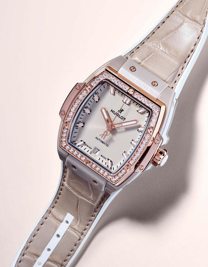 Perfect replica watches keep trendy with king gold and diamonds.