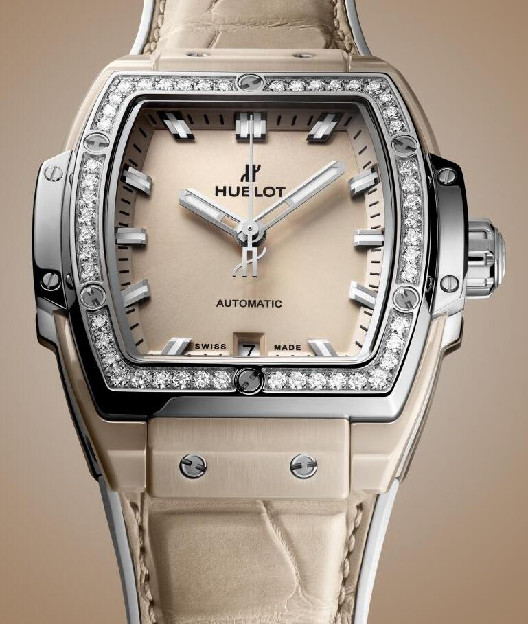 Online fake watches are showy with diamonds.
